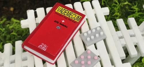 Minyatür Tıp Kitabı Vademecum Figürü